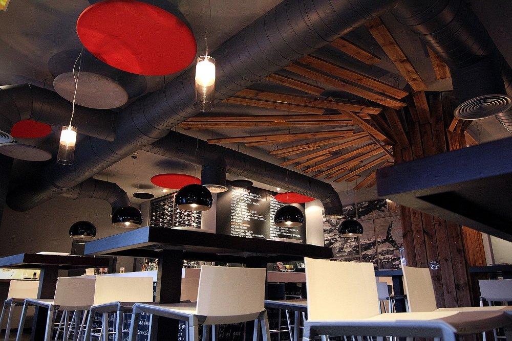 Vista de la decoración del restaurante Plato al centro.