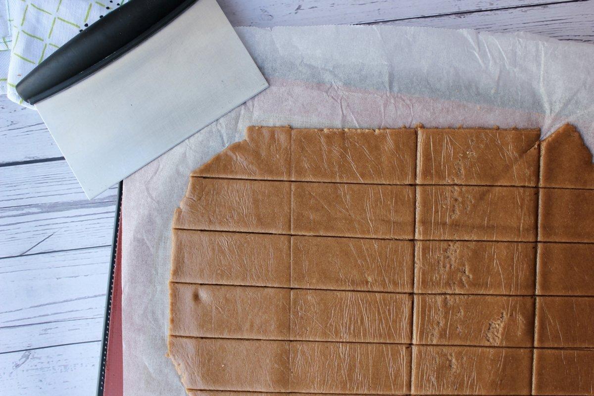 Vista de la masa estirada y cortada para hacer galletas de canela