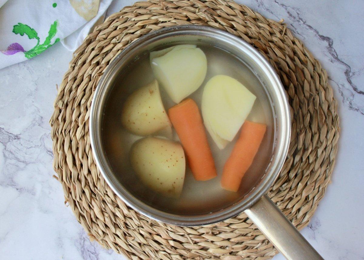 Vista de la patata y zanahoria troceada una vez cocidas