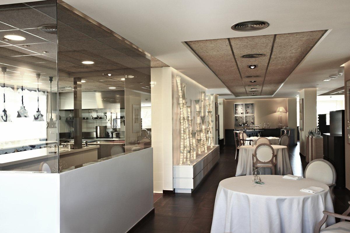 Vista de la sala y de la cocina del restaurante Jardín