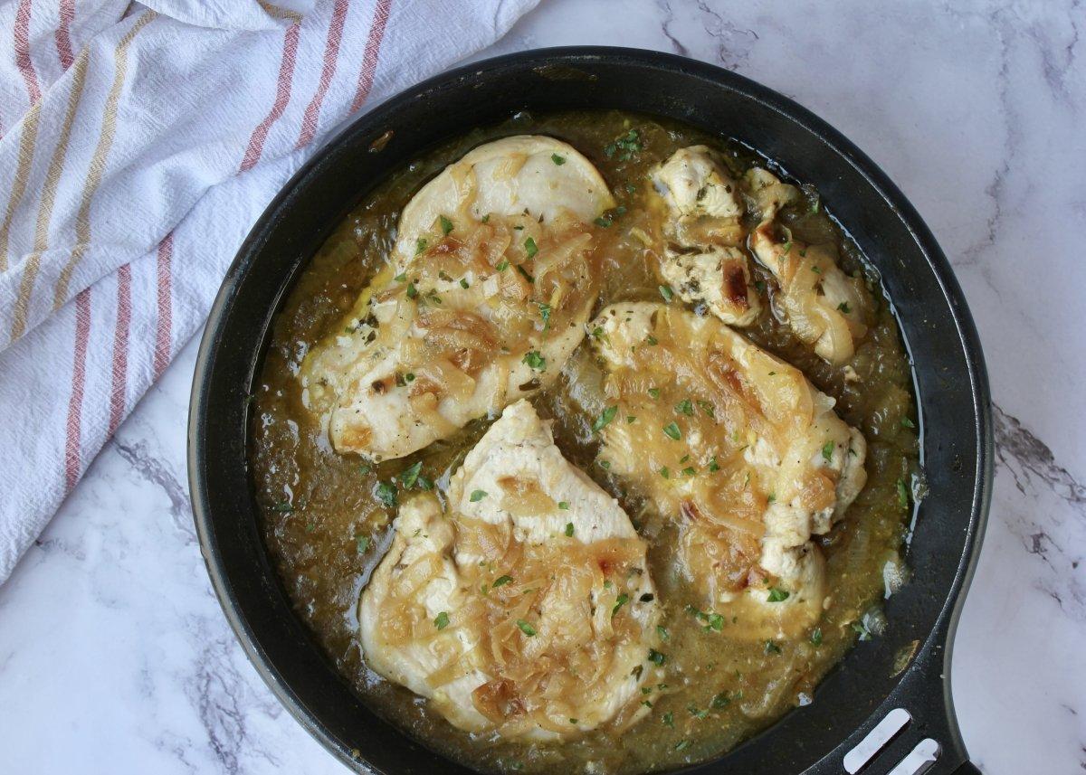 Vista de las pechugas de pollo con cebolla una vez finalizada la cocción