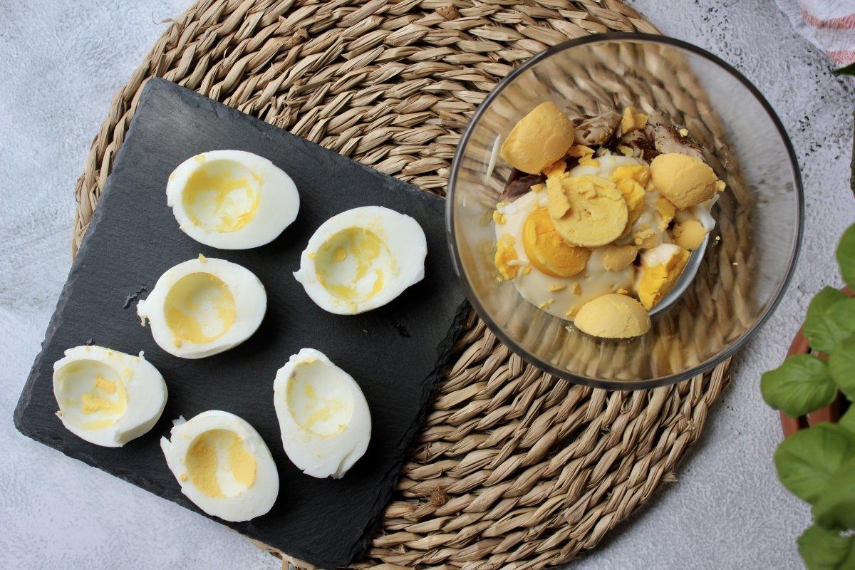 Vista de los huevos abiertos con los ingredientes del relleno de atún previa su trituración y montaj *