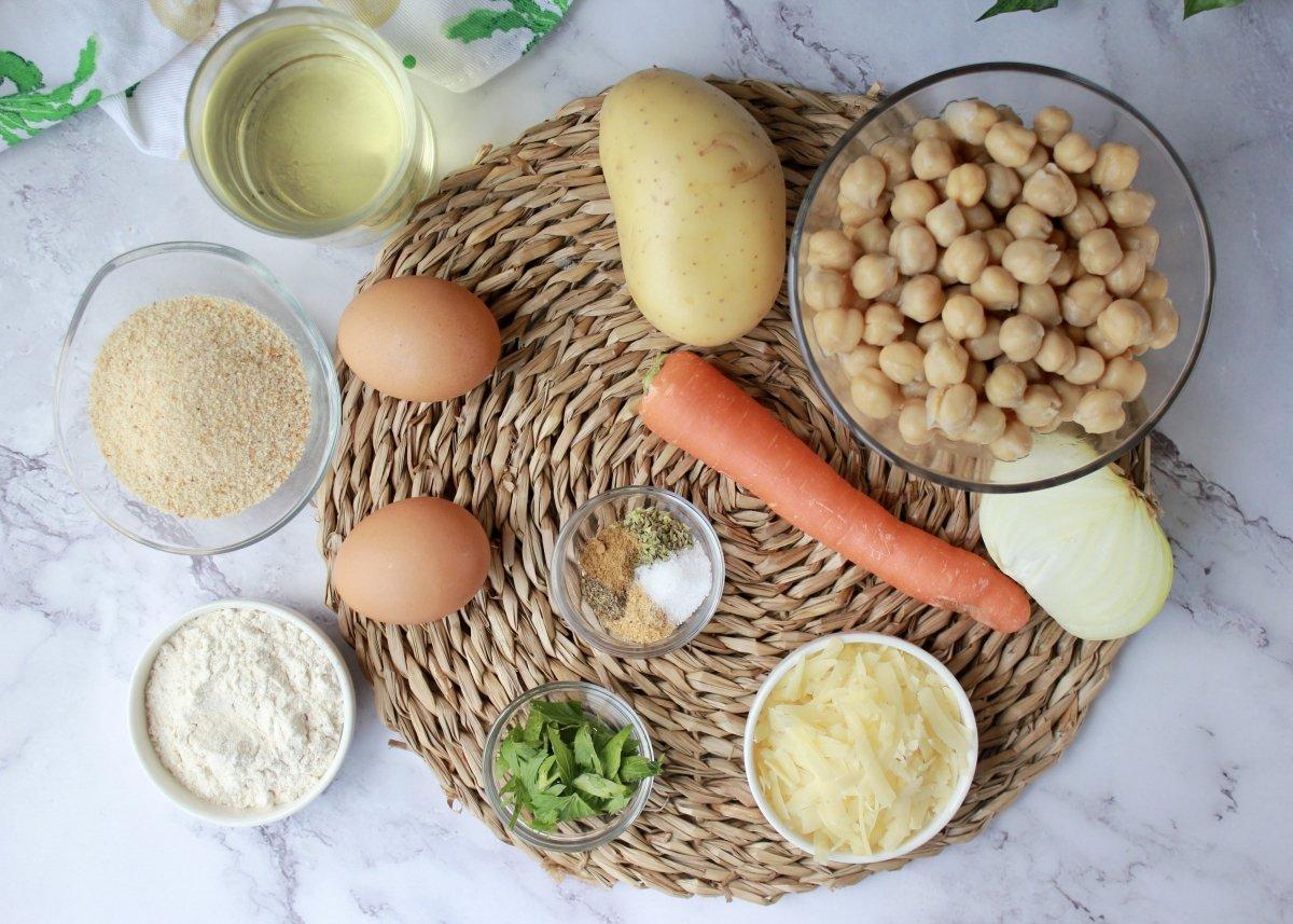 Vista de los ingredientes necesarios para elaborar croquetas de garbanzos
