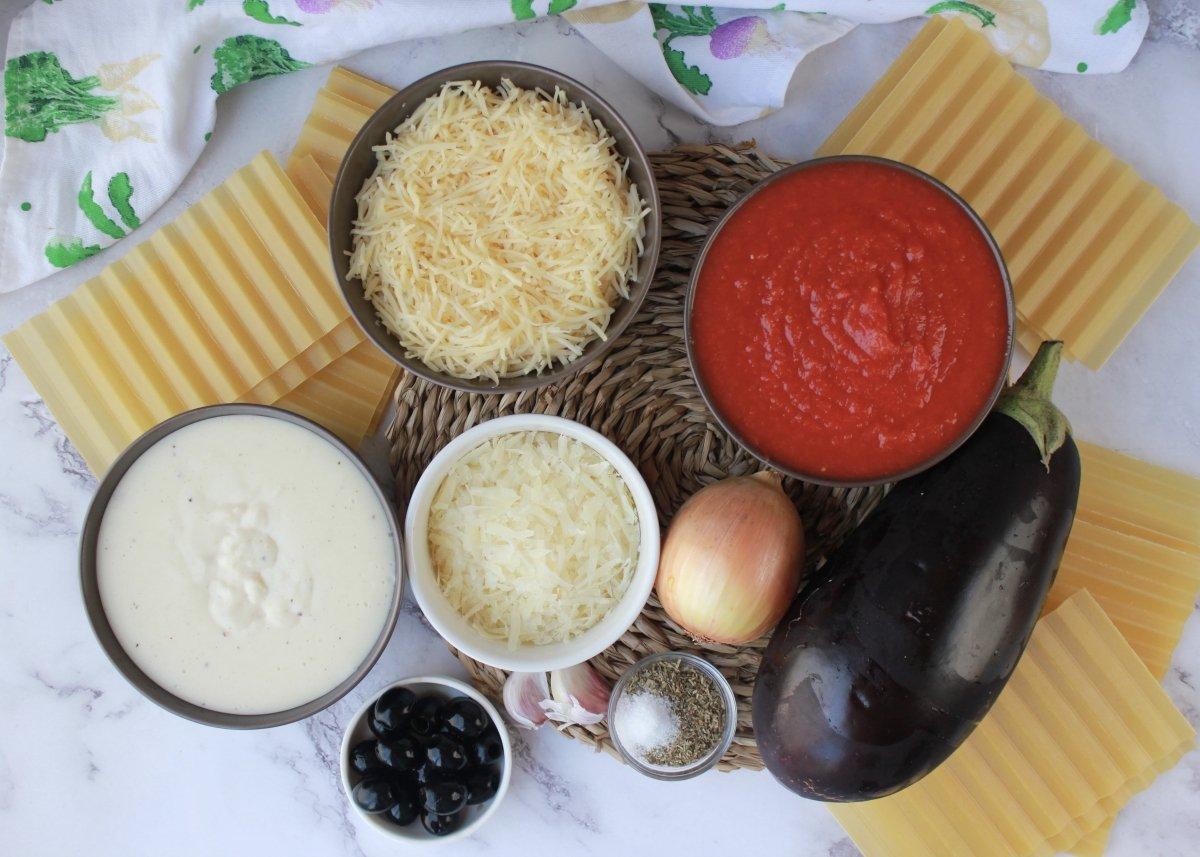 Vista de los ingredientes necesarios para elaborar una lasaña de berenjena