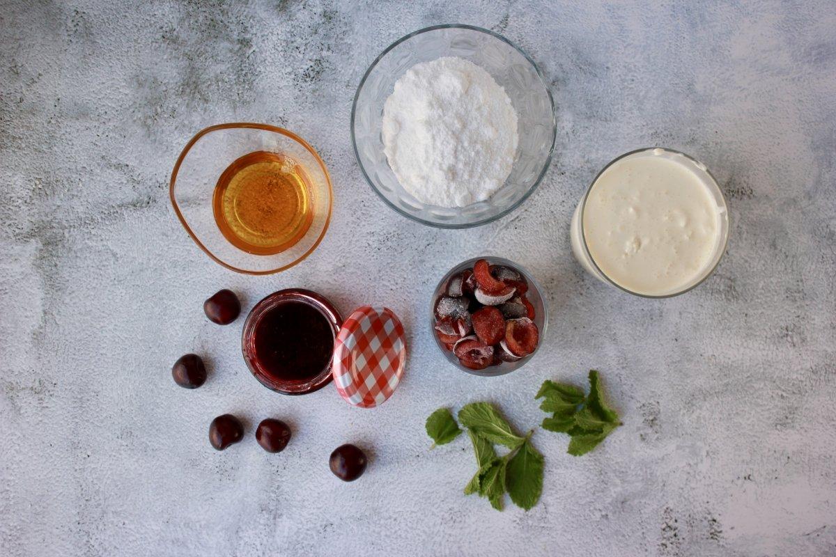 Vista de los ingredientes necesarios para hacer helado de cerezas sin heladera