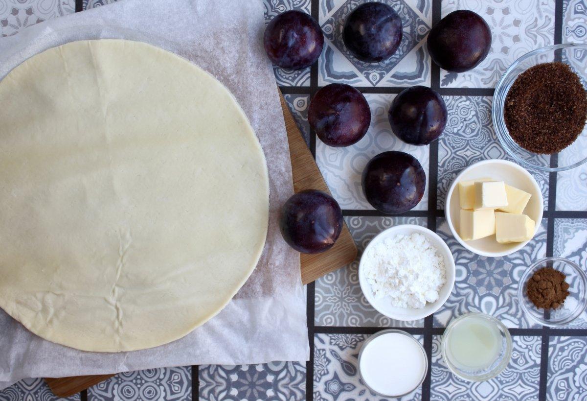 Vista de los ingredientes necesarios para hacer la tarta de ciruelas