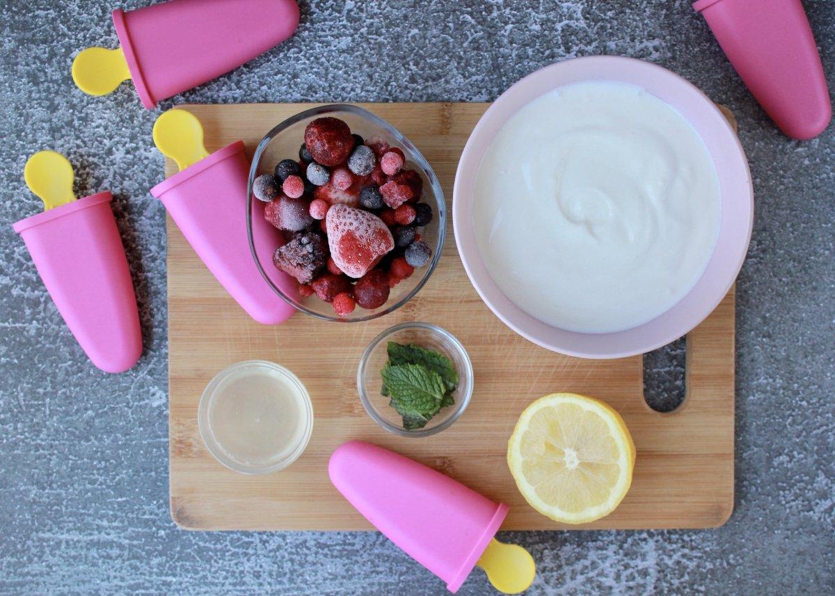 Vista de los ingredientes necesarios para hacer polos de yogurt griego y frutos rojos