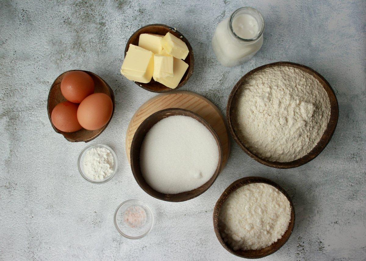 Vista de los ingredientes necesarios para hacer un bizcocho con leche de coco