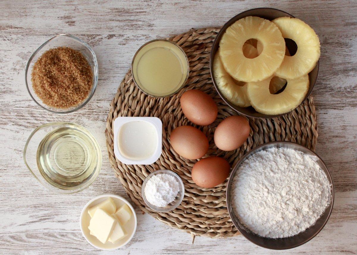 Vista de los ingredientes necesarios para realizar un bizcocho de piña