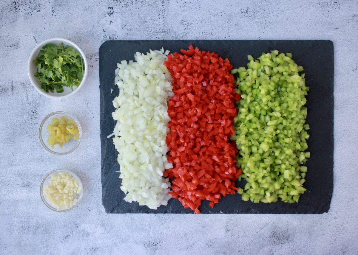 Vista de los ingredientes troceados para el salpicón de pulpo