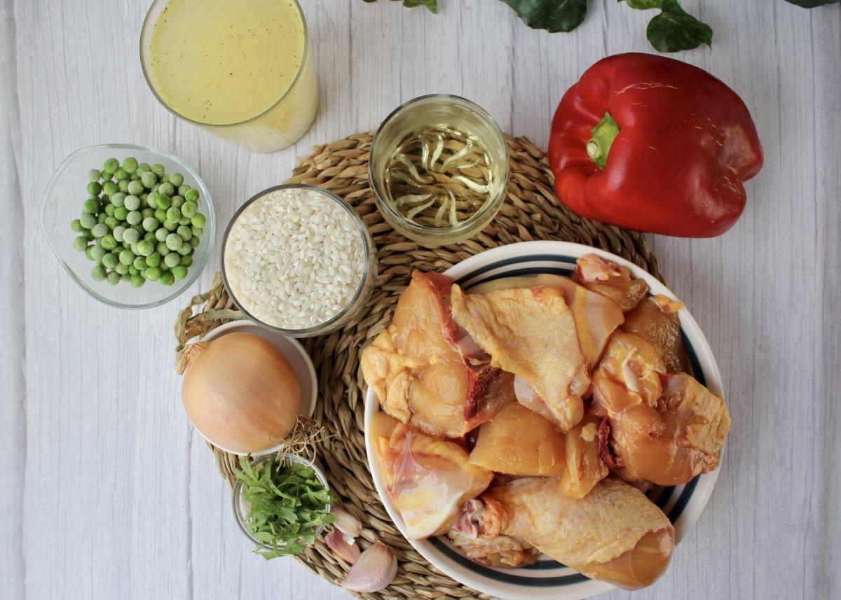 Vista de todos los ingredientes necesarios para elaborar arroz con pollo