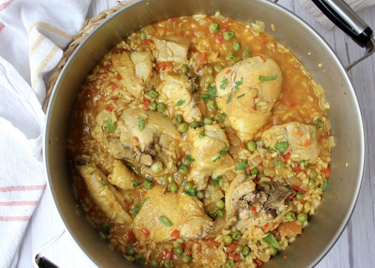 Vista del arroz con pollo recién hecho reposando antes de ser servido
