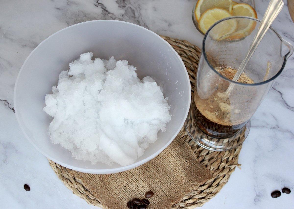 Vista del bol con el hielo hecho granizo preparado para hacer el granizado de café