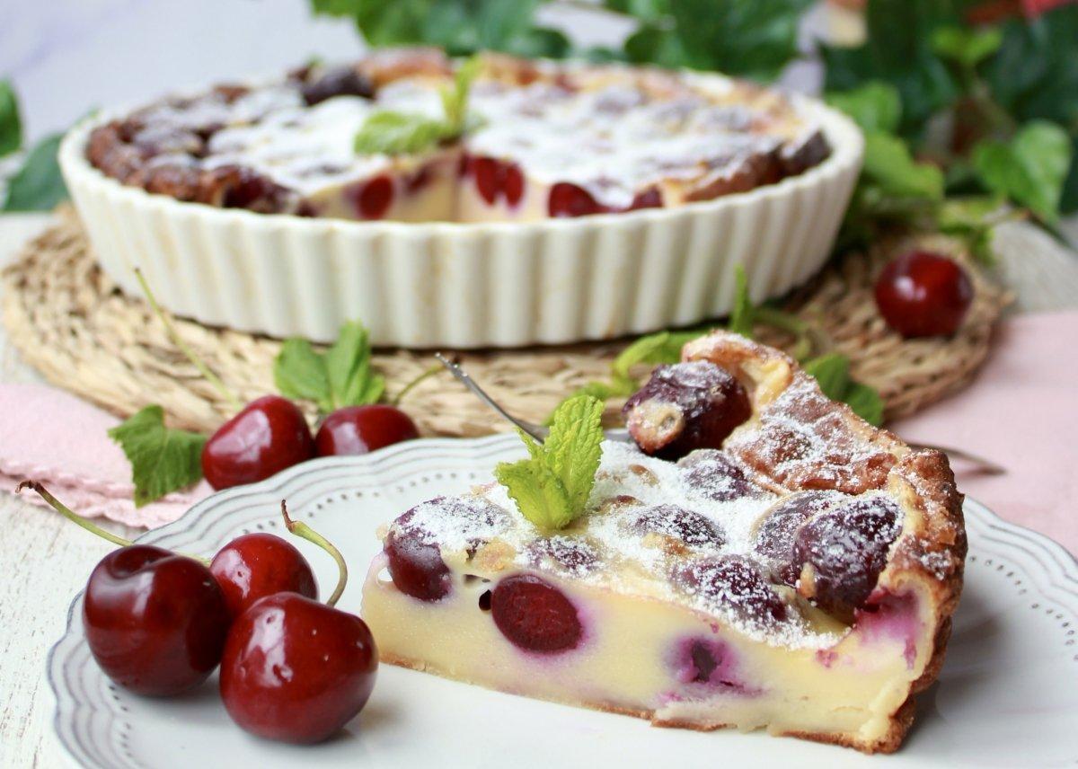 Vista del corte y la porción de tarta o clafoutis de cerezas