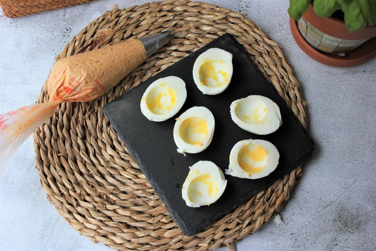 Vista del montaje de los huevos rellenos de atún con la manga pastelera *
