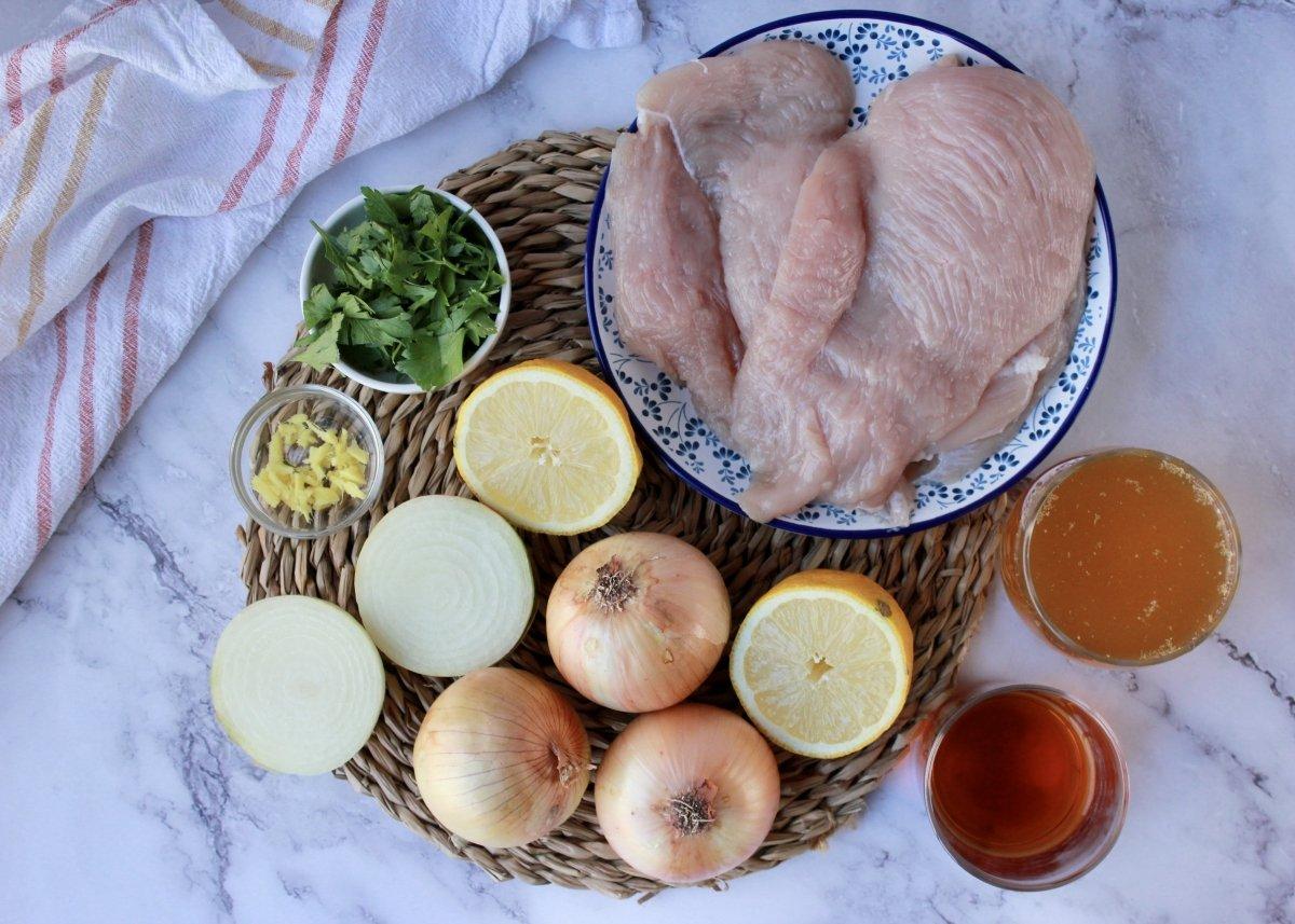 Vista general de los ingredientes necesarios para hacer pechugas de pollo con cebolla
