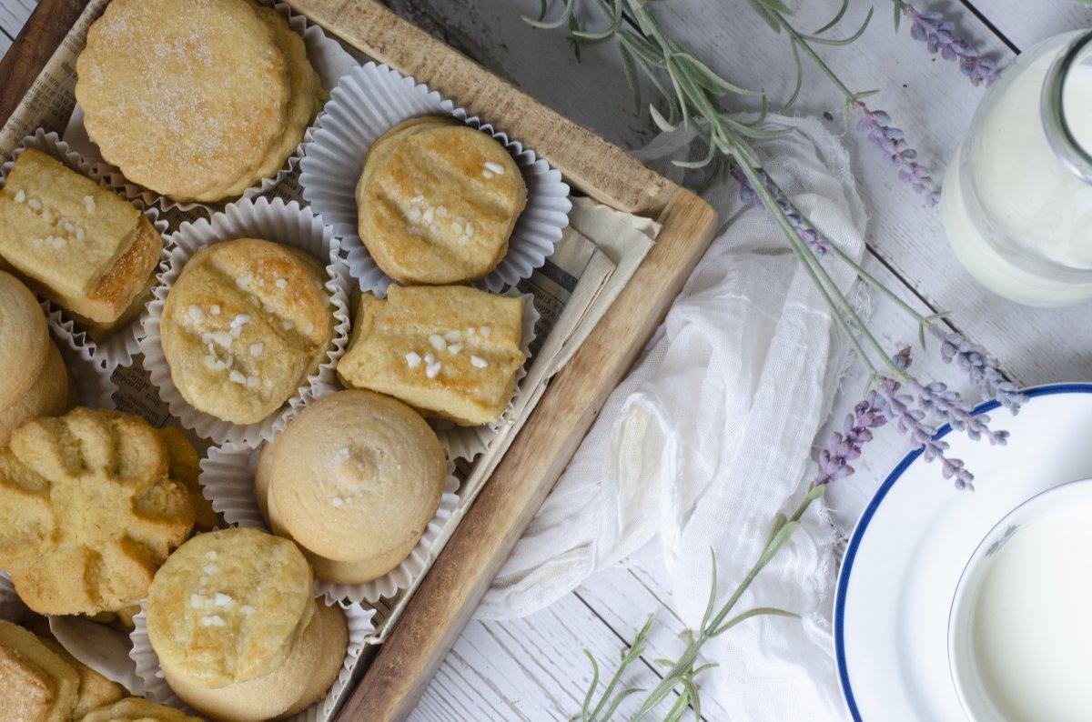 Vista picado de leche con galletas de mantequilla