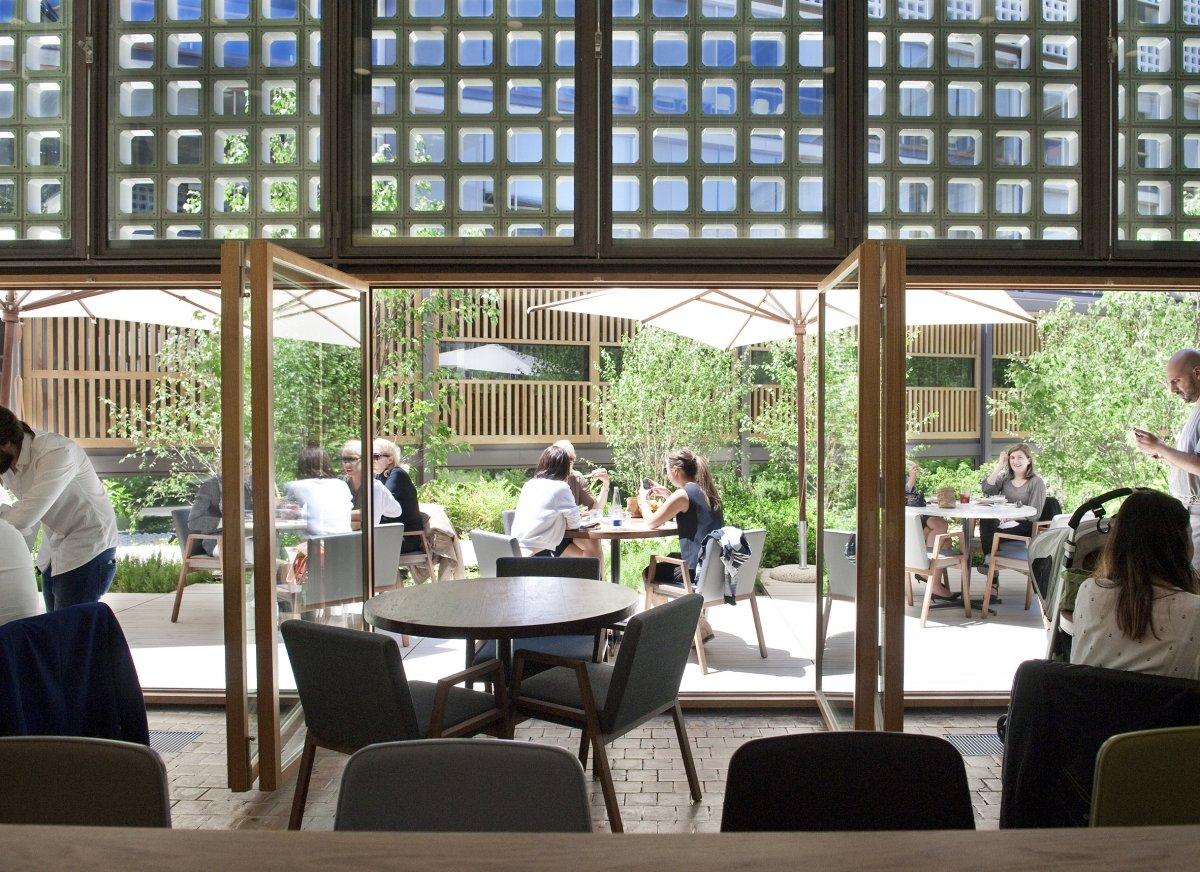 Vistas a la terraza del restaurante Bosco de Lobos desde el salón