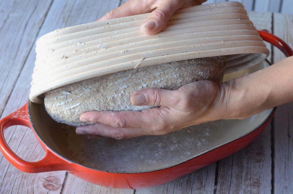 Volcado del pan en la cocote