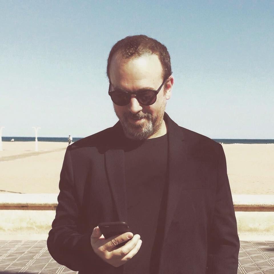 Xavi Calvo frente a una playa