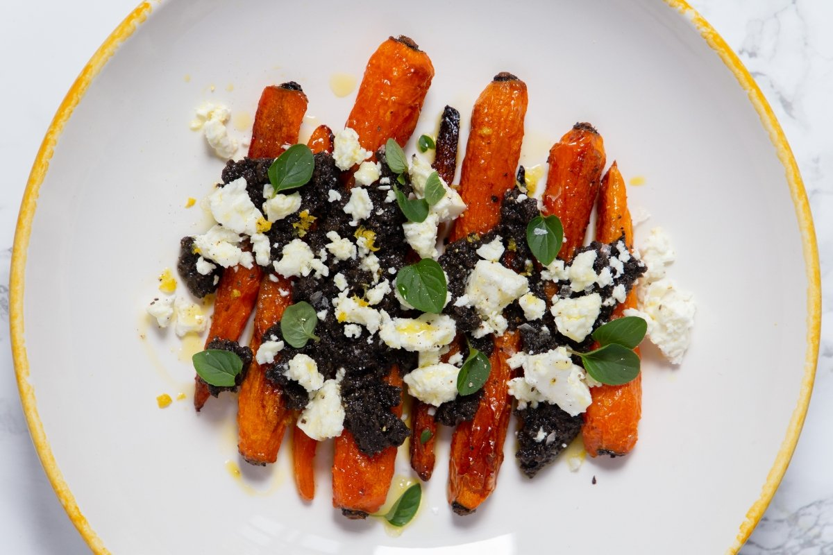 Zanahorias asadas con queso feta y aliño de aceitunas negras terminadas