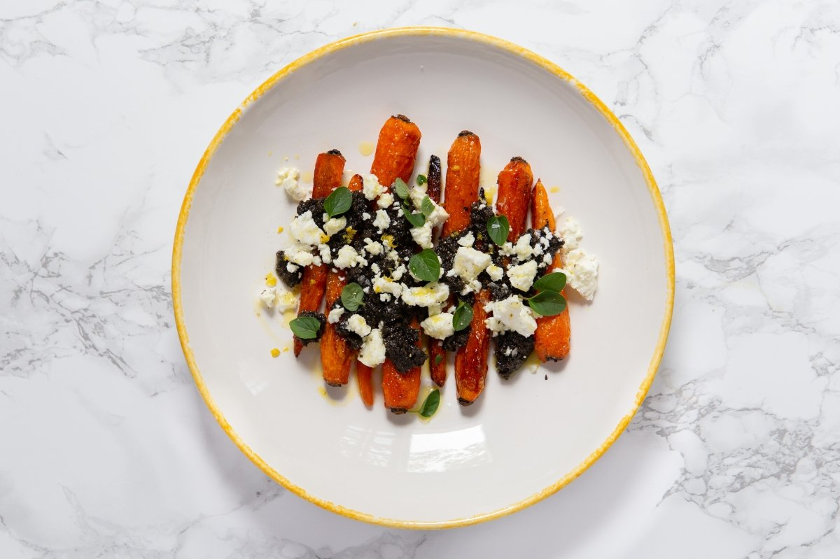 Zanahorias asadas con queso feta y aliño de aceitunas negras